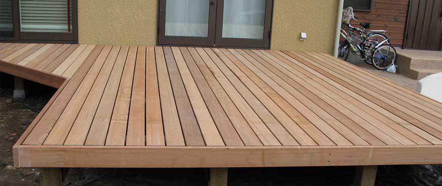 木材で製造したウッドデッキ