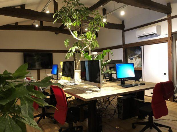 木のオフィスでデスクワーク
